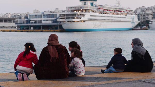 Πρόσφυγες στον Πειραιά - Sputnik Ελλάδα