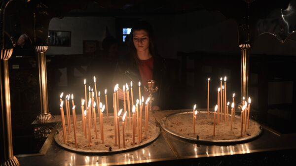 Αναμμένα κεριά σε εκκλησία - Sputnik Ελλάδα