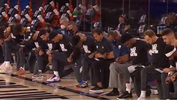 Παίκτες στο NBA γονατίζουν στον εθνικό ύμνο των ΗΠΑ - Sputnik Ελλάδα