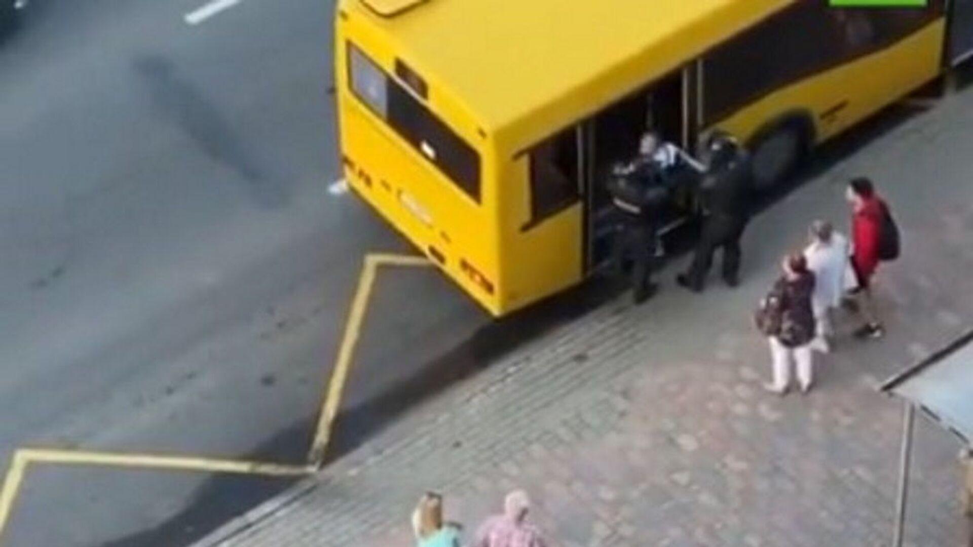 Αστυνομικοί στη Λευκορωσία πέρασαν αστικό λεωφορείο για κλούβα - Sputnik Ελλάδα, 1920, 22.09.2021