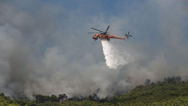 Ελικόπτερο της Πυροσβεστικής σε επιχείρηση κατάσβεσης φωτιάς. Αύγουστος 2020 - Sputnik Ελλάδα