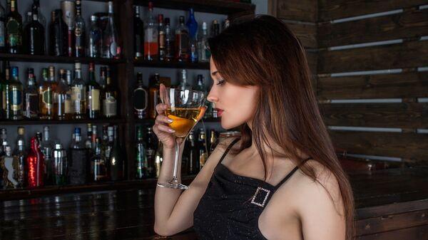 Γυναίκα σε μπαρ - Sputnik Ελλάδα