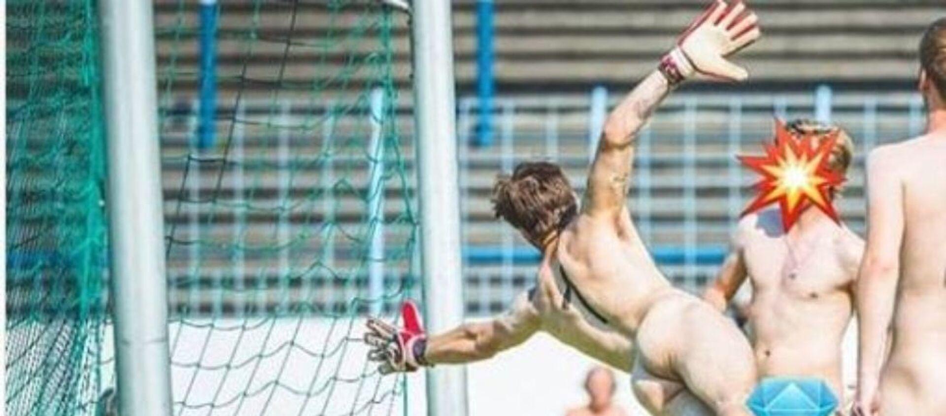 Παίκτες παίζουν ποδόσφαιρο γυμνοί - Sputnik Ελλάδα, 1920, 17.08.2020