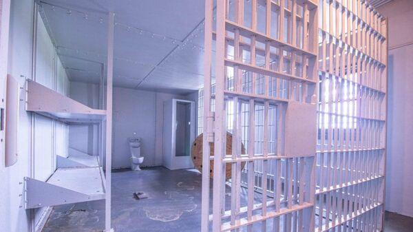 Το σπίτι διαθέτει δύο πατώματα, δύο κρεβατοκάμαρες, μια ευρύχωρη κουζίνα, 1,5 μπάνιο και 9 υπόγεια κελιά, με κάγκελα στα παράθυρα και τις πόρτες - Sputnik Ελλάδα
