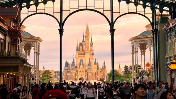 Επισκέπτες στην Disneyland (φωτ. αρχείου) - Sputnik Ελλάδα
