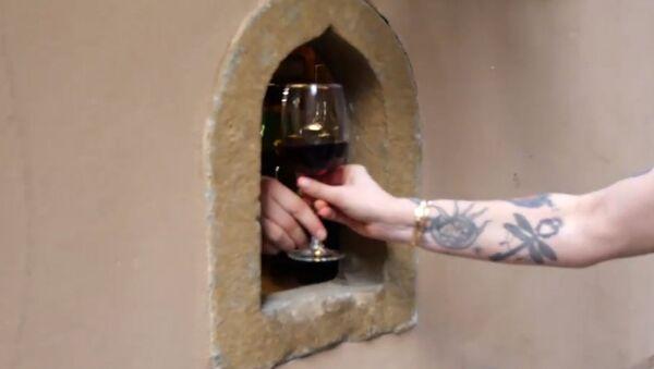 Επιστρέφουν τα «παράθυρα κρασιού» από την εποχή της πανούκλας λόγω κορονοϊού  - Sputnik Ελλάδα