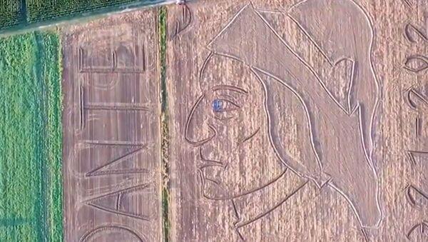 Γιγαντιαίο πορτρέτο σε χωράφι προς τιμήν της μνήμης του Δάντη - Sputnik Ελλάδα