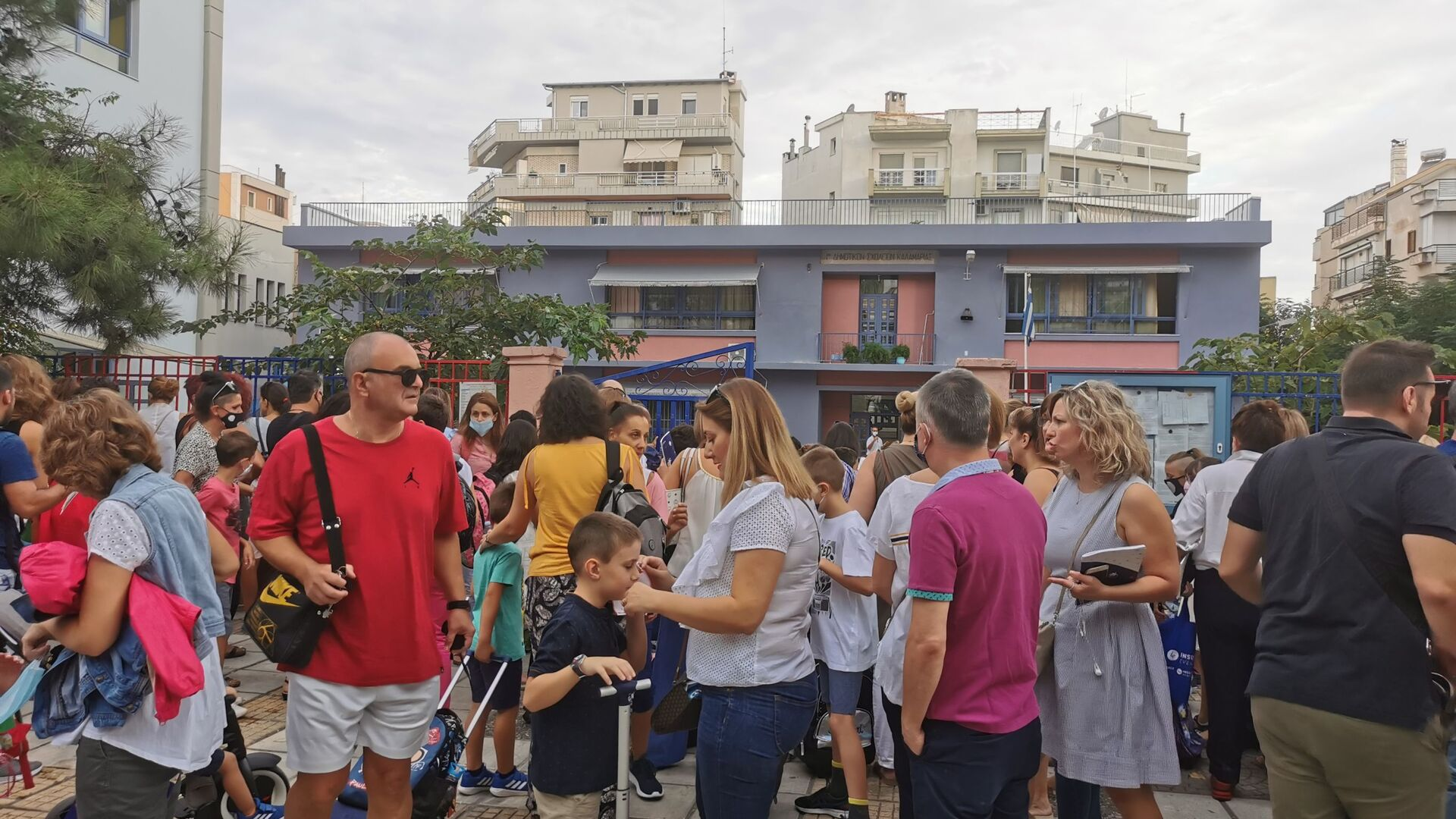 Έναρξη σχολικής χρονιάς, μαθητές και γονείς σε δημοτικό σχολείο της Καλαμαριάς Θεσσαλονίκη - Sputnik Ελλάδα, 1920, 07.09.2021