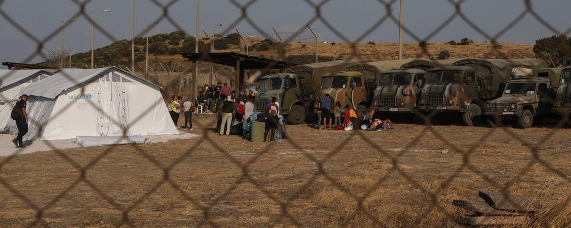 Πρόσφυγες και μετανάστες εισέχονται στο νέο προσωρινό καταυλισμό προσφύγων στην περιοχή του Καρά Τεπέ, κοντά στην πόλη της Μυτιλήνης. 12 Σεπτεμβρίου 2020. - Sputnik Ελλάδα, 1920, 24.05.2021