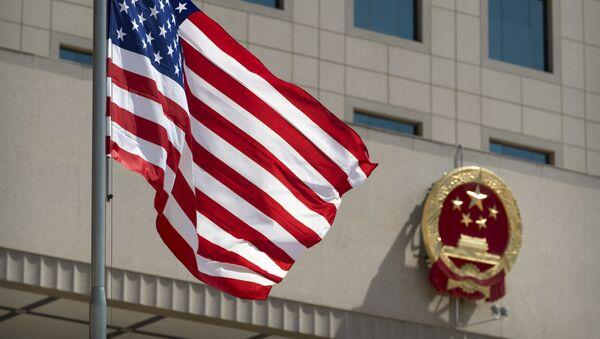 Σημαία ΗΠΑ με σύβολο Κίνας - Sputnik Ελλάδα