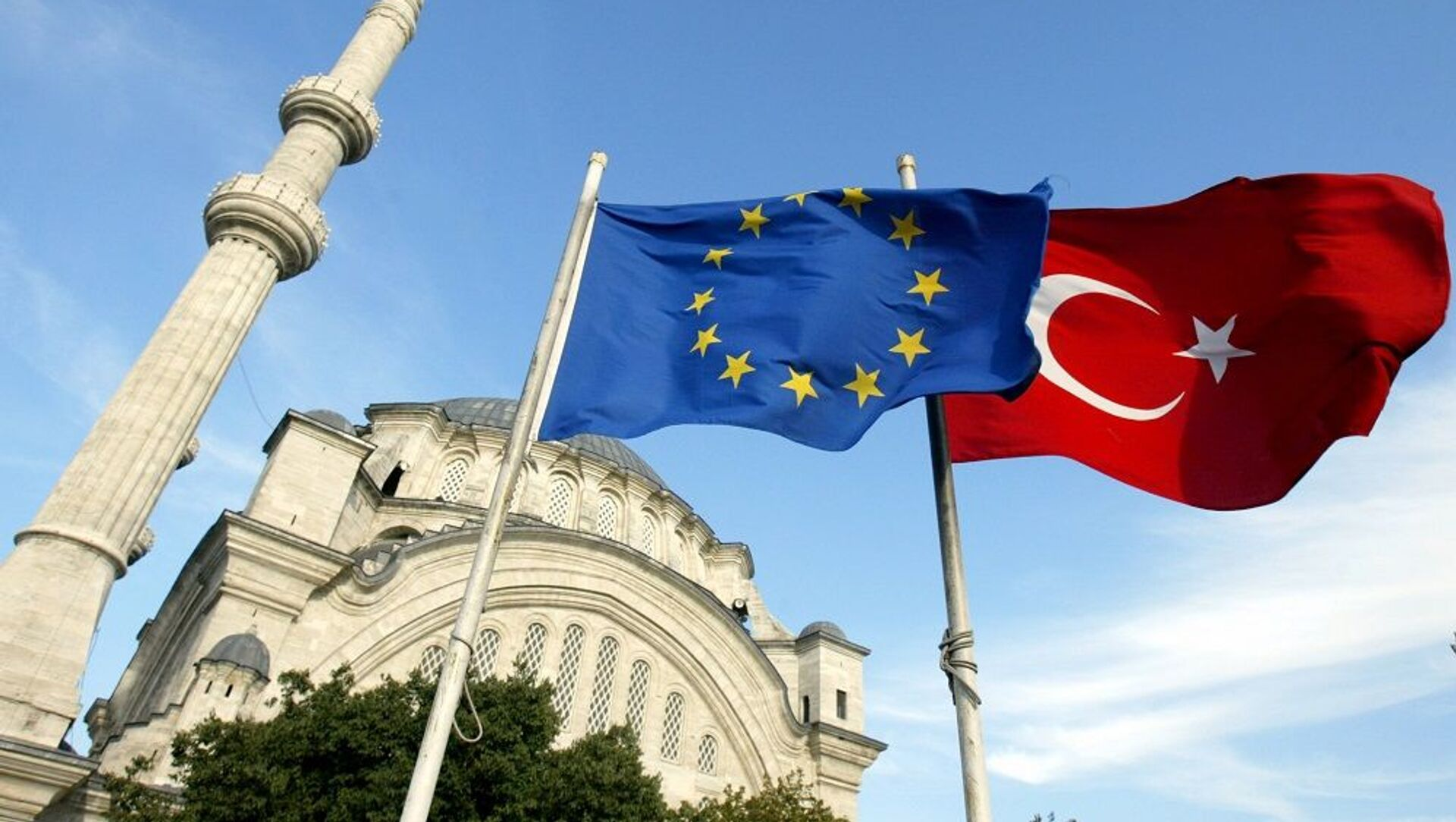 Σημαίες της Τουρκίας και της Ευρωπαϊκής Ένωσης έξω από τζαμί στην Κωνσταντινούπολη - Sputnik Ελλάδα, 1920, 20.03.2021