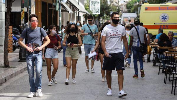 Κόσμος περπατά με μάσκες στην Πάτρα - Sputnik Ελλάδα