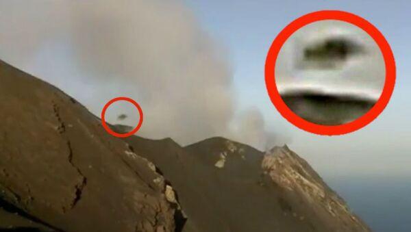 Ουφολόγος βλέπει εξωγήινο σκάφος να βγαίνει από τον κρατήρα του ηφαιστείου στο νησί Στρόμπολι στην Ιταλία - Sputnik Ελλάδα