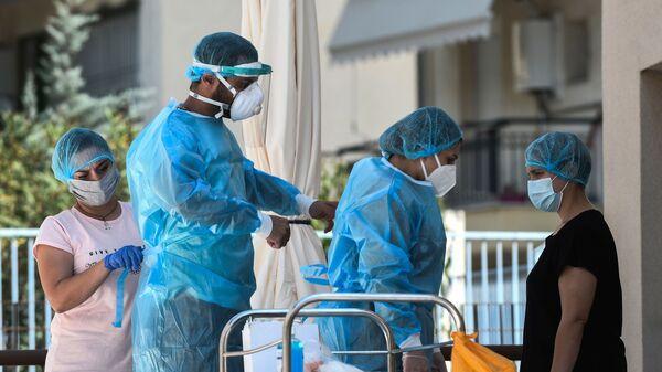 Υγειονομικοί στη Θεσσαλονίκη φορούν προστατευτικές στολές για τον κορονοϊό - Sputnik Ελλάδα