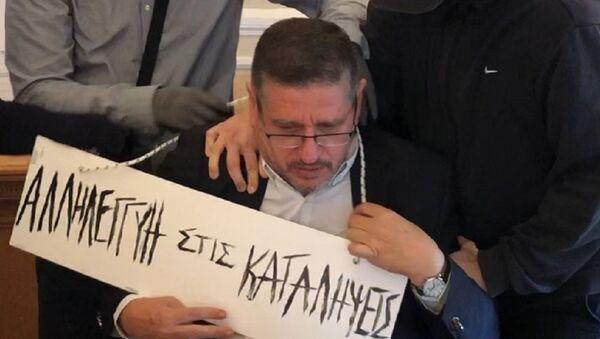 Επίθεση στον πρύτανη της ΑΣΟΕΕ - Του φόρεσαν ταμπέλα στον λαιμό - Sputnik Ελλάδα
