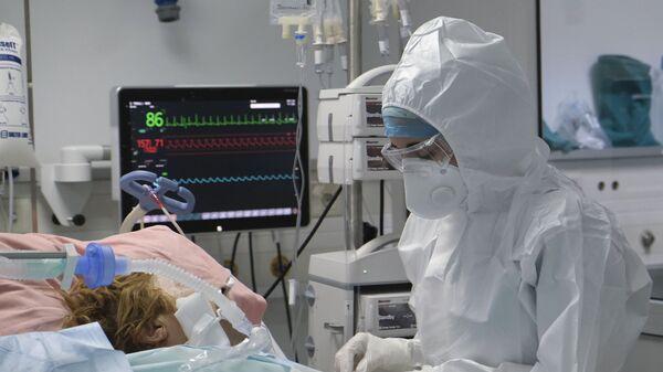 Το ιατρικό προσωπικό εργάζεται σε θάλαμο εντατικής θεραπείας για ασθενείς με COVID-19 σε νοσοκομείο της Αθήνας - Sputnik Ελλάδα