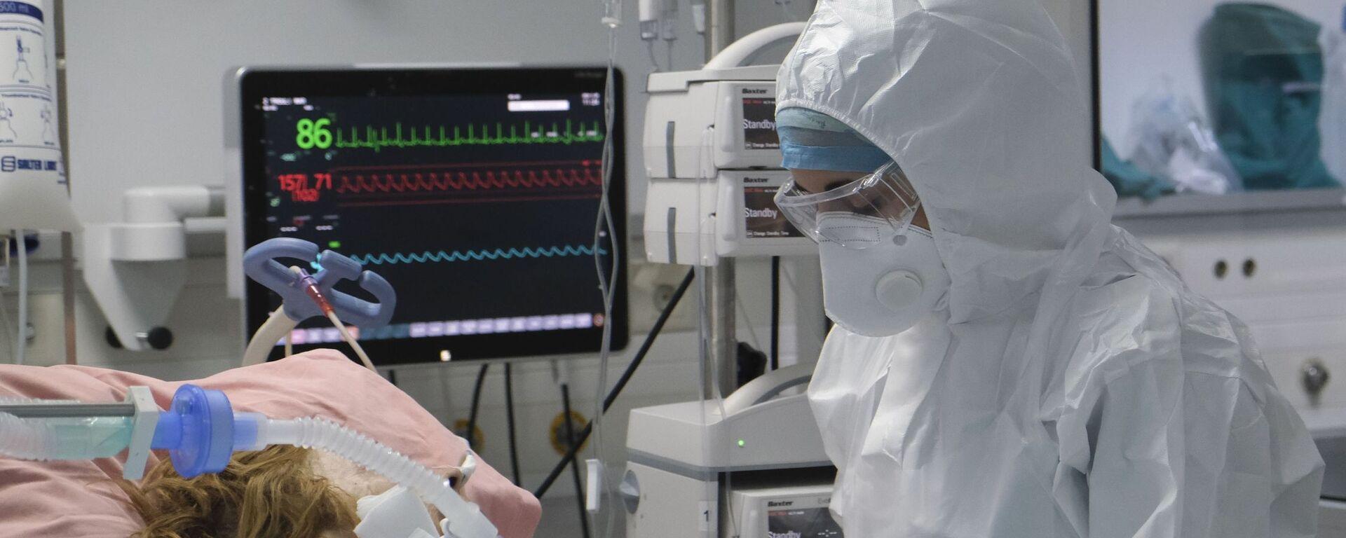 Το ιατρικό προσωπικό εργάζεται σε θάλαμο εντατικής θεραπείας για ασθενείς με COVID-19 σε νοσοκομείο της Αθήνας - Sputnik Ελλάδα, 1920, 22.08.2021