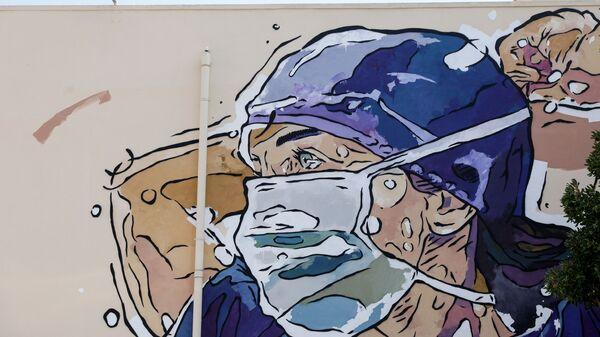Τοιχογραφία στην πρόσοψη του νοσοκομείου ΑΧΕΠΑ, που αναπαριστά έναν καταπονημένο νοσηλευτή με μάσκα, Θεσσαλονίκη, 23 Ιουλίου 2020. Έργο της ομάδας UrbanAct στο πλαίσιο της δράσης «Χρώμα Στα Νοσοκομεία», ως ένδειξη ευγνωμοσύνης στο νοσηλευτικό και ιατρικό προσωπικό του νοσοκομείου, για την περίοδο της πανδημίας του κορωνοϊού. - Sputnik Ελλάδα