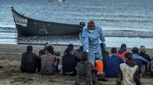 Μετανάστες από την Αφρική θερμομετρούνται σε ακτή των Κανάριων Νησιών - Sputnik Ελλάδα