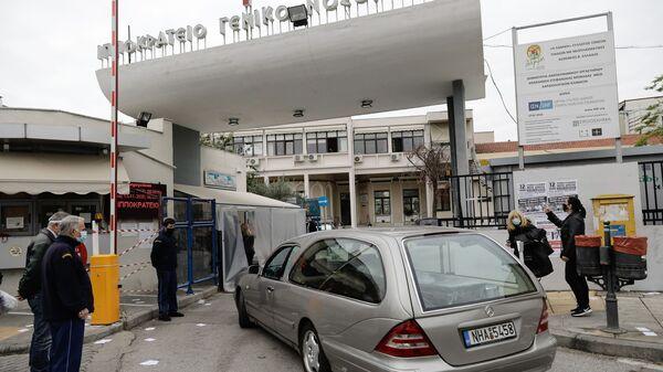 Διαμαρτυρία της Ένωσης Νοσοκομειακών Ιατρών Θεσσαλονίκης (ΕΝΙΘ) στο Ιπποκράτειο Γενικό Νοσοκομείο στα πλαίσια πανυγειονομικής κινητοποίησης με στάση εργασίας από τις 8 έως τις 10 το πρωΐ και συγκέντρωση των εργαζόμενων στα προαύλια και τις πύλες σε κάθε νοσοκομείο. Θεσσαλονίκη, 12 Νοεμβρίου 2020. - Sputnik Ελλάδα