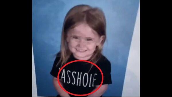 Εξαντλημένη μαμά έστειλε τη μικρή κόρη της στο σχολείο για φωτογραφία με μπλουζάκι με στάμπα-βρισιά - Sputnik Ελλάδα