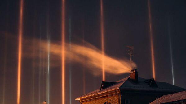 Εντυπωσιακές στήλες φωτός σχηματίστηκαν στον νυχτερινό ουρανό σε πόλη της Σιβηρίας - Sputnik Ελλάδα