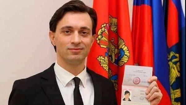 Ο Βαλέριο Ζανέτι ποζάρει με το ρωσικό του διαβατήριο - Sputnik Ελλάδα