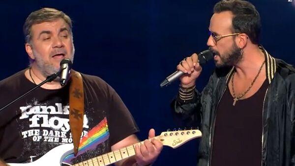 Ο Δημήτρης Σταρόβας και ο Πάνος Μουζουράκης τραγουδούν μαζί - Sputnik Ελλάδα