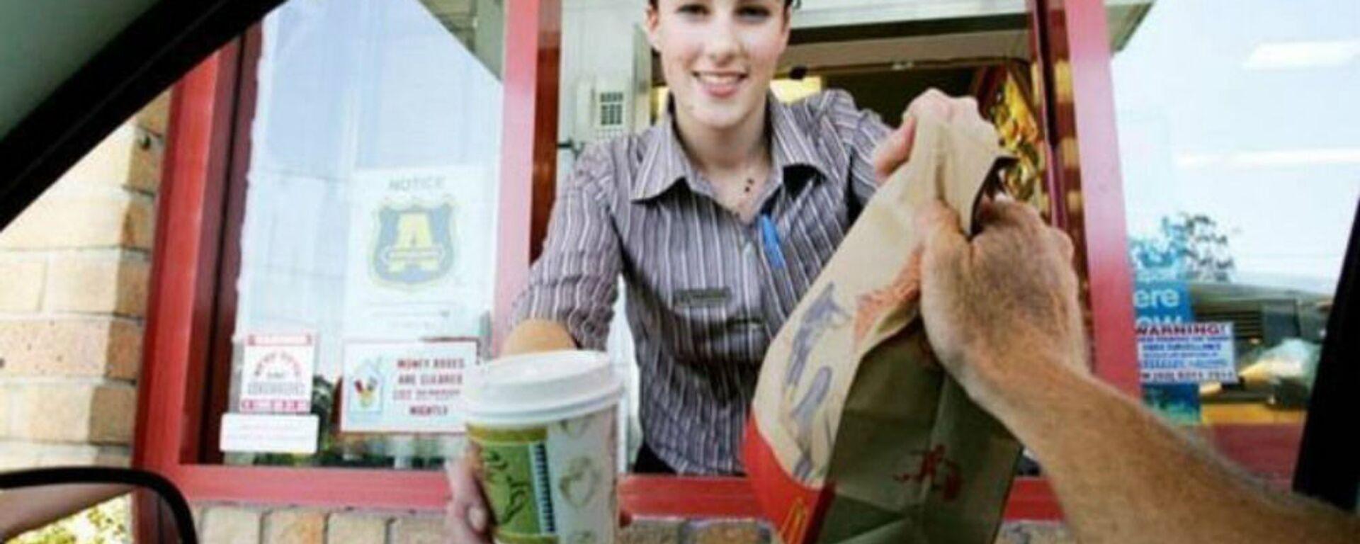 Υπάλληλος σε κατάστημα McDonald's - Sputnik Ελλάδα, 1920, 24.12.2020