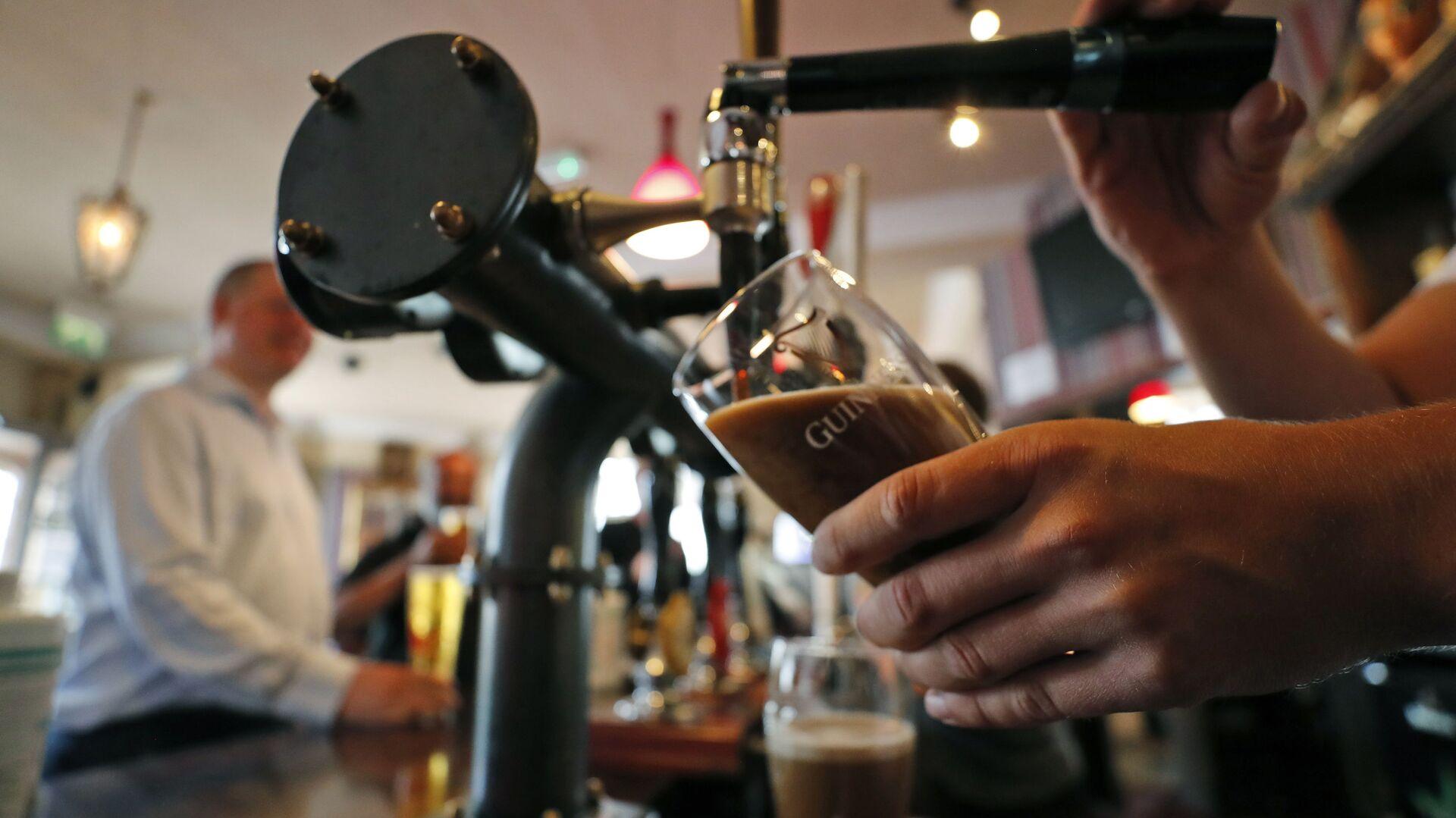 Barwoman γεμίσει μπύρα ένα ποτήρι - Sputnik Ελλάδα, 1920, 23.02.2021