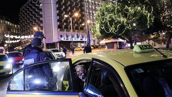 Αστυνομικός έλεγχος σε ταξί στο Σύνταγμα, παραμονή Πρωτοχρονιάς  - Sputnik Ελλάδα