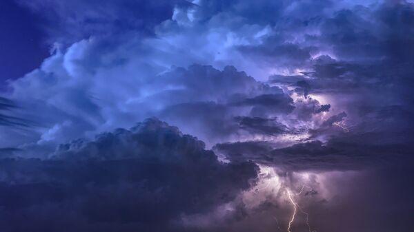 Κεραυνός σε νυχτερινό ουρανό (φωτ. αρχείου) - Sputnik Ελλάδα