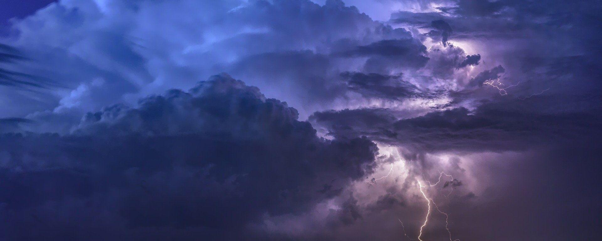 Κεραυνός σε νυχτερινό ουρανό (φωτ. αρχείου) - Sputnik Ελλάδα, 1920, 20.09.2021