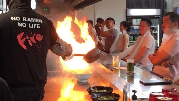 Άρτος και θέαμα: Εστιατόριο στη Σιγκαπούρη προσφέρει... φλεγόμενα ράμεν στους πελάτες - Sputnik Ελλάδα