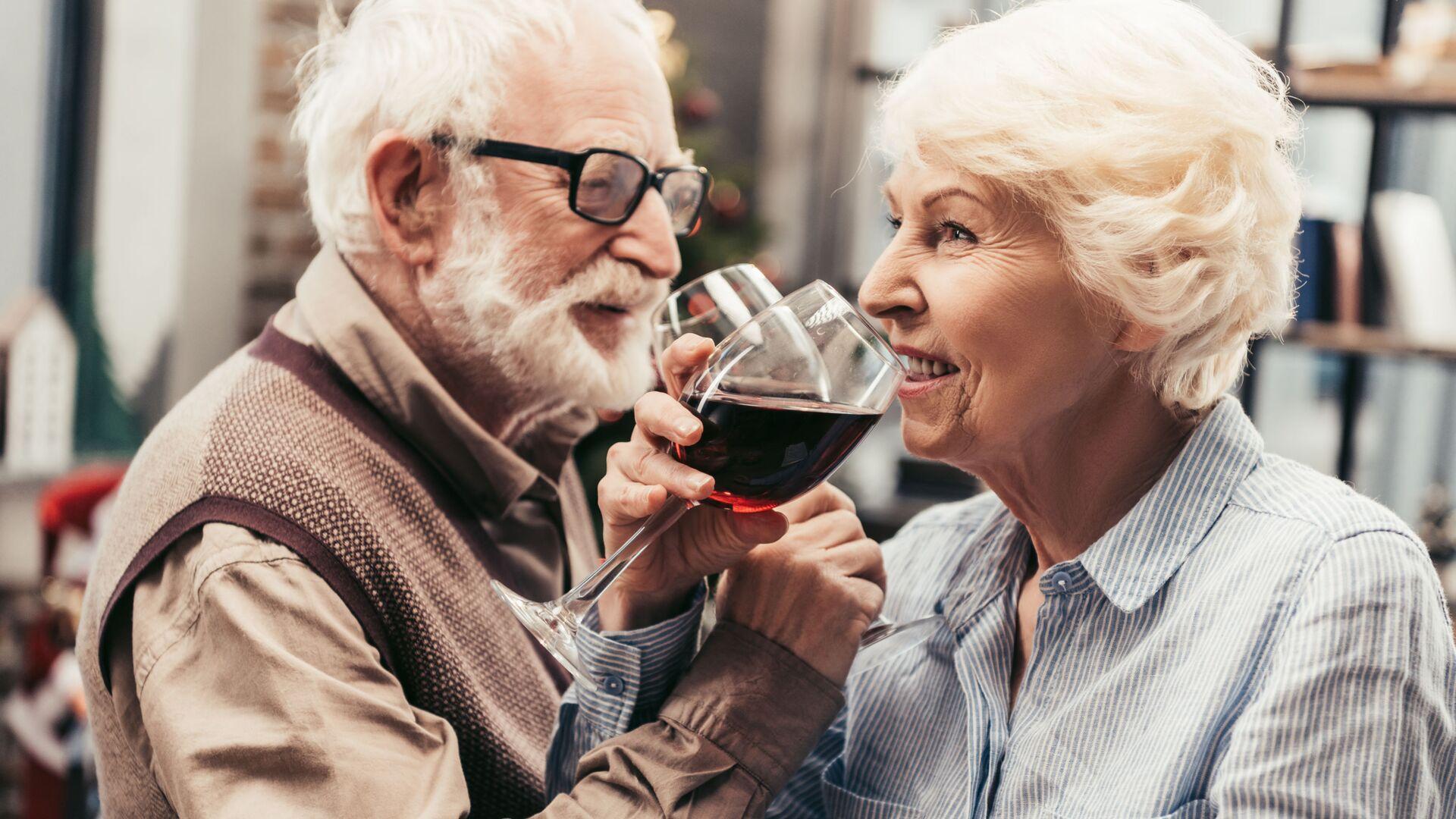 Ηλικιωμένο ζευγάρι απολαμβάνει ένα ποτήρι κρασί - Sputnik Ελλάδα, 1920, 13.09.2021