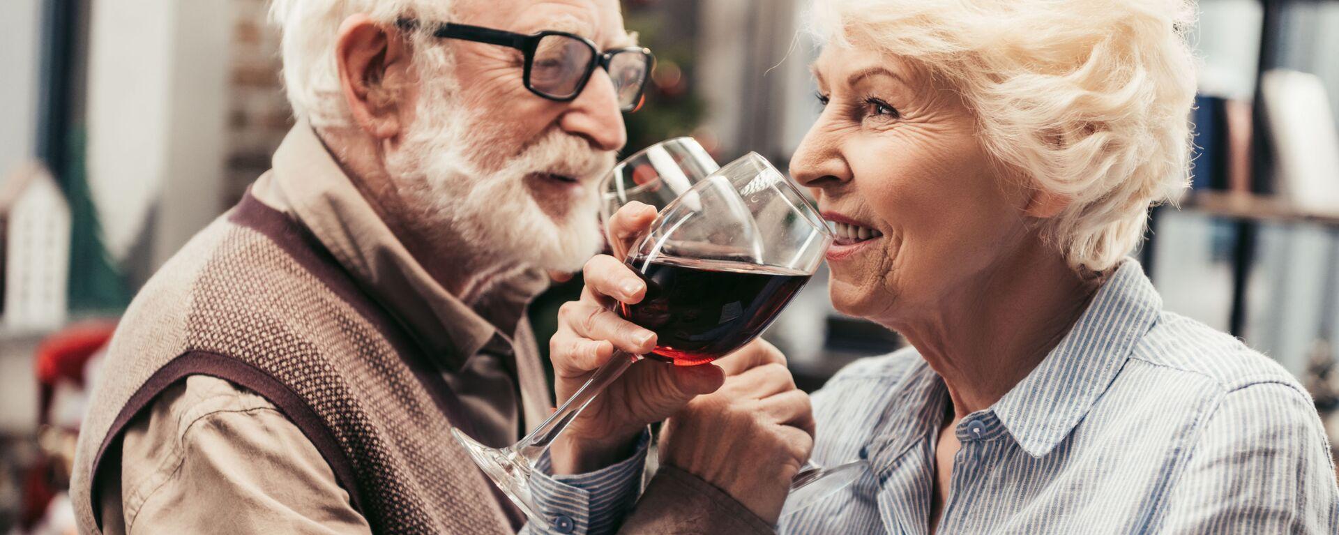 Ηλικιωμένο ζευγάρι απολαμβάνει ένα ποτήρι κρασί - Sputnik Ελλάδα, 1920, 15.01.2021
