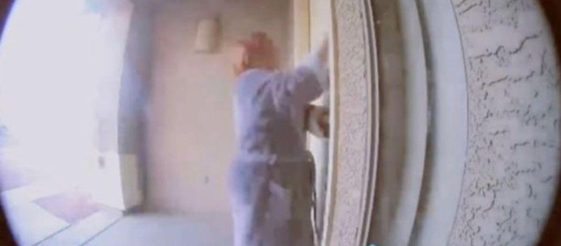 Ηρωική γειτόνισσα σώζει οικογένεια που κοιμάται σε σπίτι που έχει πιάσει φωτιά - Sputnik Ελλάδα, 1920, 17.01.2021