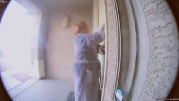 Ηρωική γειτόνισσα σώζει οικογένεια που κοιμάται σε σπίτι που έχει πιάσει φωτιά - Sputnik Ελλάδα