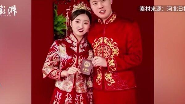 Τροχονόμος στην Κίνα παντρεύτηκε την καλή του στο διάλειμμα για φαγητό και γύρισε αμέσως στη δουλειά - Sputnik Ελλάδα