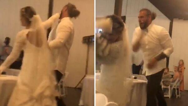 Αντρόγυνο παίζει τουρτοπόλεμο με τη γαμήλια τούρτα - Sputnik Ελλάδα
