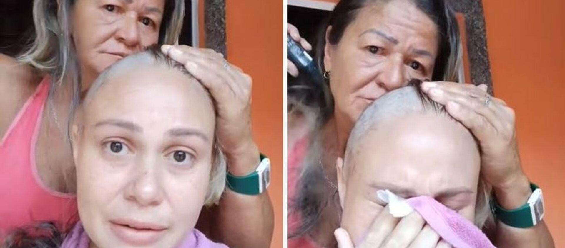 Μάνα ξυρίζει το κεφάλι της για συμπαράσταση στην κόρη της που έχει καρκίνο - Sputnik Ελλάδα, 1920, 28.01.2021