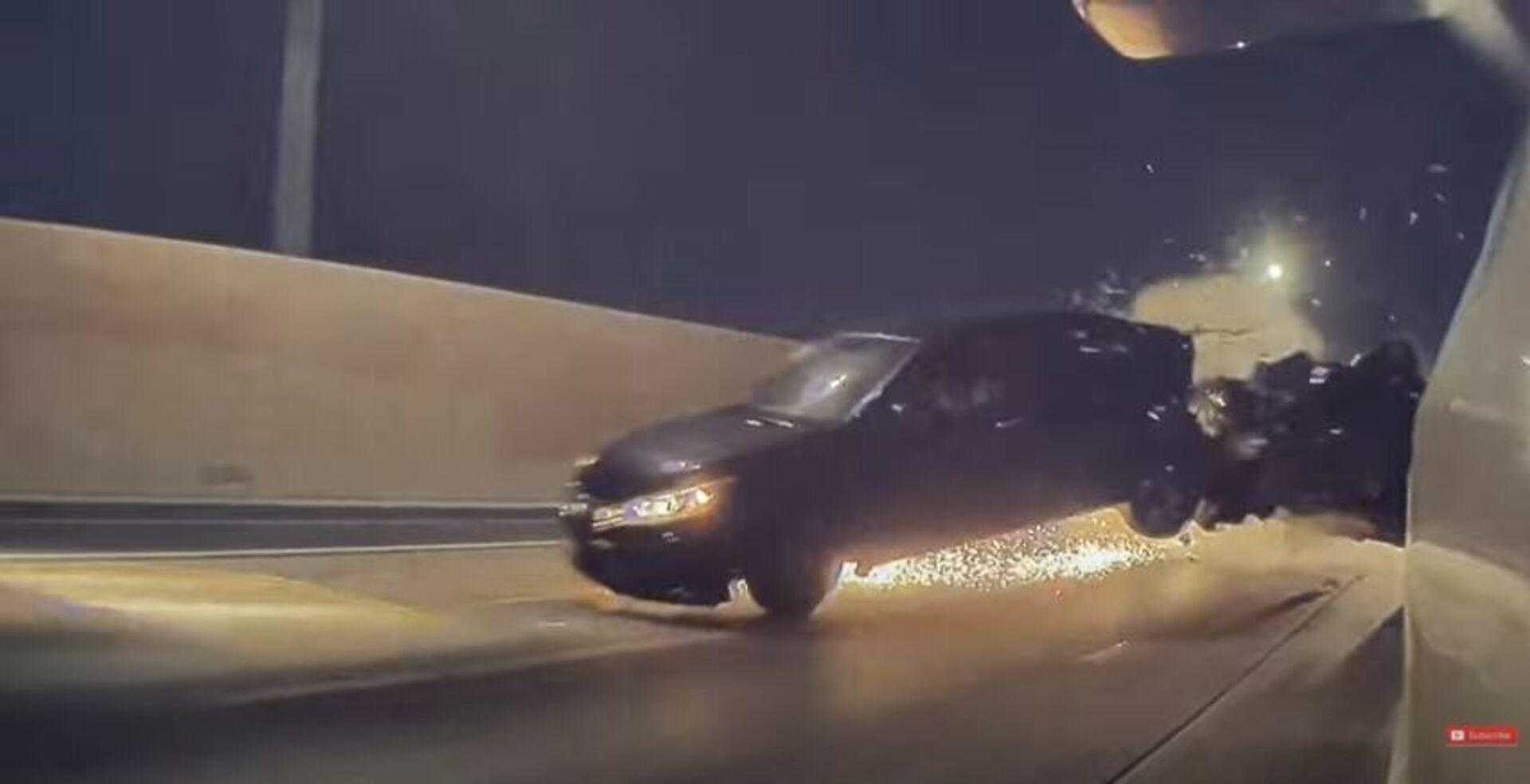 Dodge Challenger κάνει κόντρα με Tesla Model 3 και πέφτει πάνω σε άλλο αμάξι - Sputnik Ελλάδα, 1920, 03.02.2021