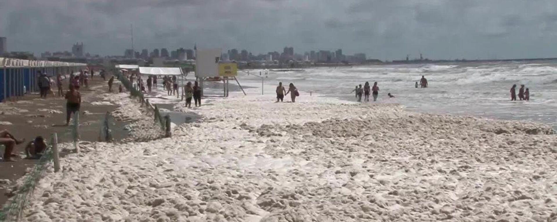 Αλλόκοτο φαινόμενο στην Αργεντινή: Παραλίες καλύφθηκαν από πυκνό στρώμα αφρού - Sputnik Ελλάδα, 1920, 04.02.2021