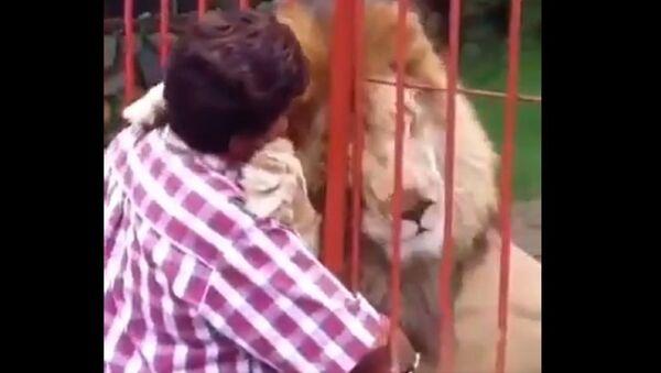 Λιοντάρι αγκαλιάζει τη γυναίκα που το έσωσε - Sputnik Ελλάδα