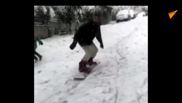 Σλάλομ στο Ψυχικό: «Δαμάζει» τα χιόνια κάνοντας snowboard μέσα στην πόλη - Sputnik Ελλάδα