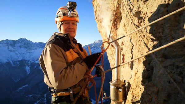 Τσάι με θέα που κόβει την ανάσα: Ρώσοι ορειβάτες φτιάχνουν τσάι ενώ κρέμονται σε ύψος 700 μέτρων - Sputnik Ελλάδα