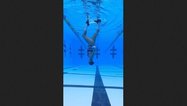 Αθλήτρια της συγχρονισμένης κολύμβησης περπατάει στο νερό όπως ο Μάικλ Τζάκσον - Sputnik Ελλάδα
