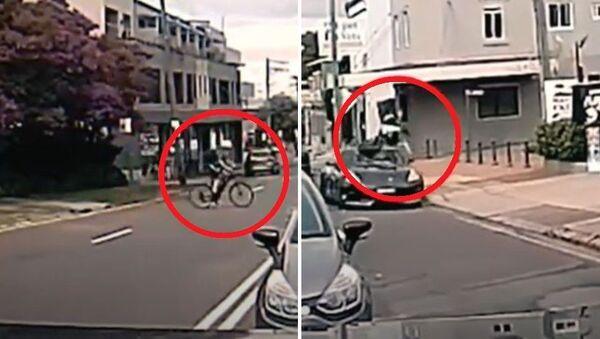 Απρόσεχτος ποδηλάτης πέφτει πάνω σε αμάξι και απογειώνεται - Sputnik Ελλάδα