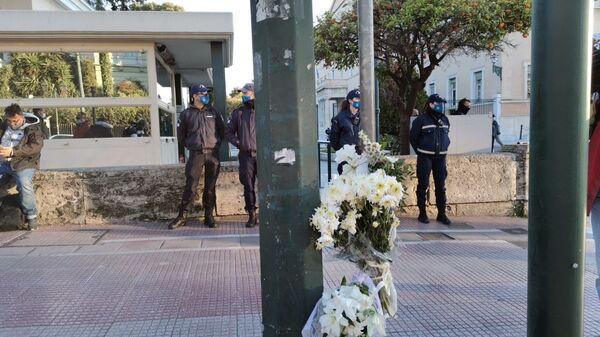 Τροχαίο στη Βουλή: Λουλούδια στο σημείο όπου σημειώθηκε το δυστύχημα - Sputnik Ελλάδα