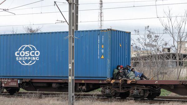 Παράτυποι μετανάστες πάνω σε εμπορική αμαξοστοιχία στην Διαλογή του ΟΣΕ Θεσσαλονίκης - Sputnik Ελλάδα